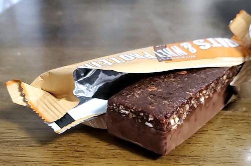 オーツ&ホエイプロテインバーチョコレートピーナッツ中身